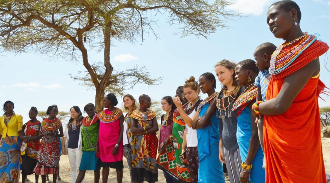 ケニアで伝統的な生活を送る部族と交流する高校生ボランティア